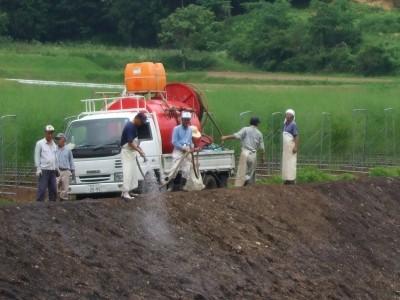 農地の雑草抑制芝の吹き付け実施